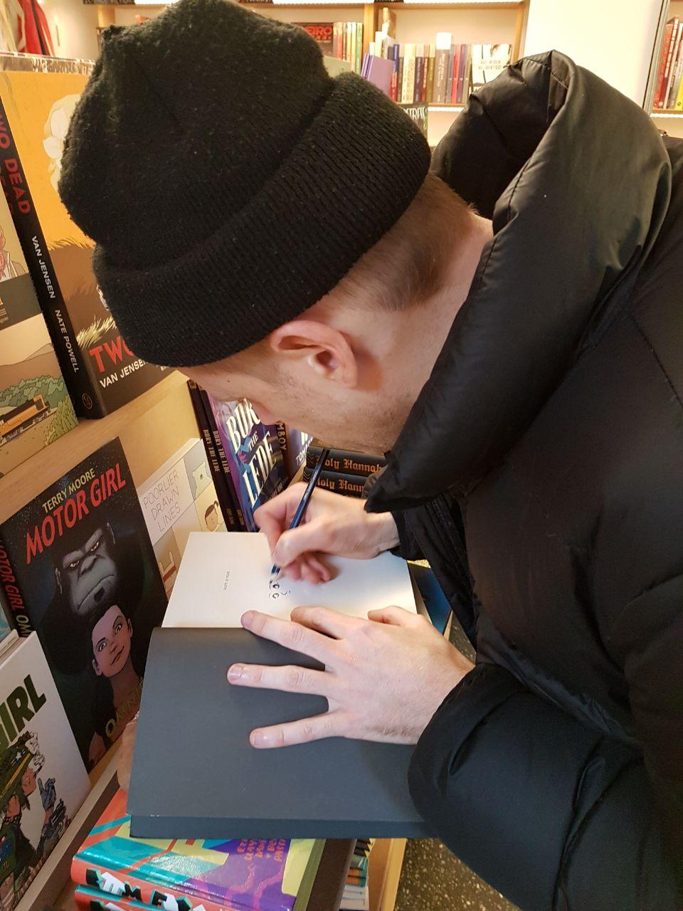 Signierte Bücher von Hamburger Comiczeichner*innen